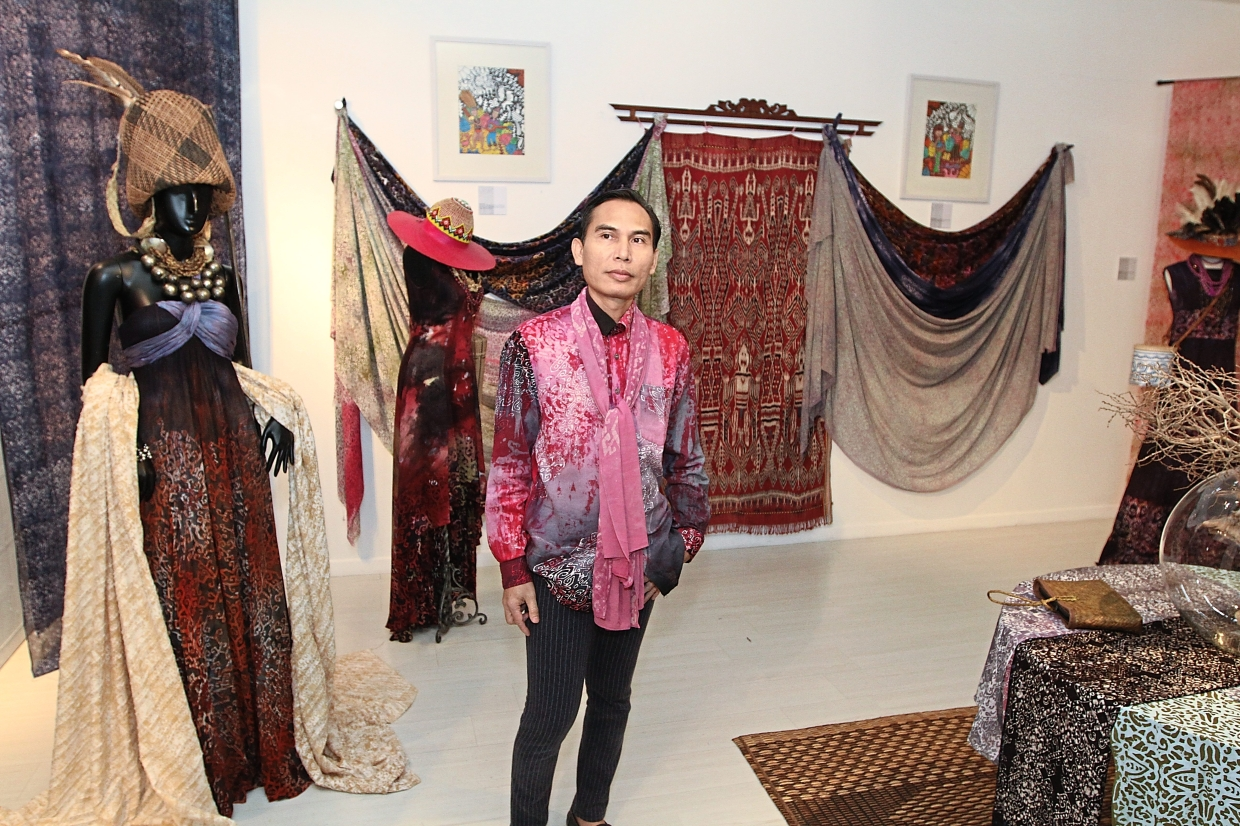 Judin focused on experimenting on motives found in traditional woven blankets by the Iban community.