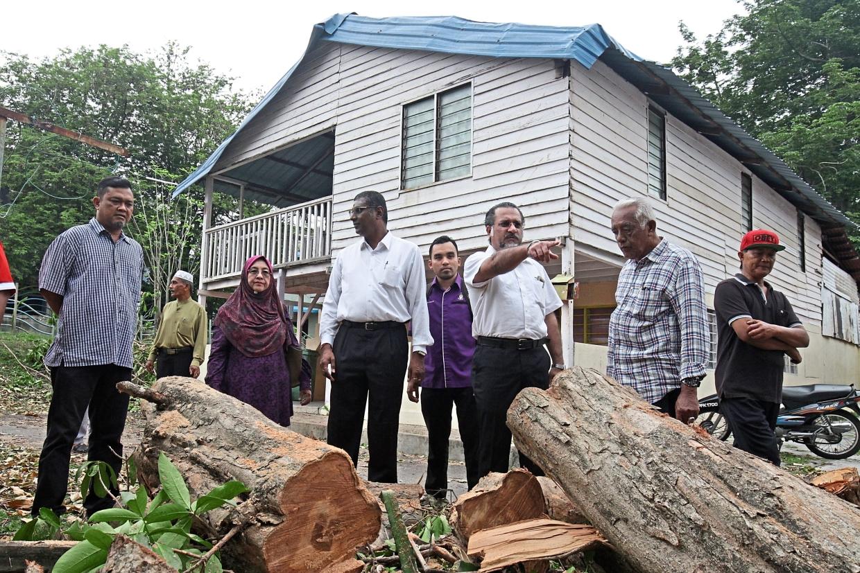 Jagdeep (pointing) and Rayer (long-sleeved white shirt) visiting the storm-hit Kampung Masjid Hashim Yahaya in Penang.