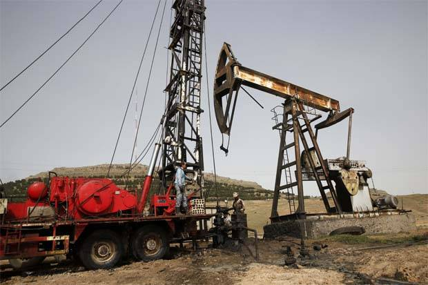 Oil rises for 5th day as US crude stocks fall, Fed cuts interest