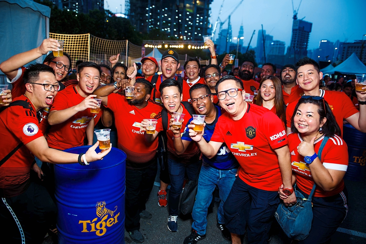 Manchester United fans enjoying themselves at the street football festival at TREC KL. (Right) Live music from the talented Kaya Band kept the crowd on the ball throughout the evening.