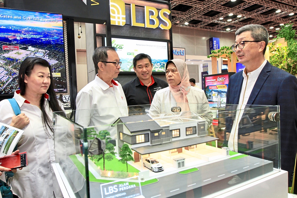 Attractive homes: (From left) Star Media Group's chief content officer Esther Ng and chairman Datuk Fu Ah Kiow together with StarProperty.my assistant general manager Ernest Towle accompanying Zuraida as LBS Bina Group Bhd group managing director Tan Sri Lim Hock San shows one of LBS' project in Alam Perdana, Selangor.