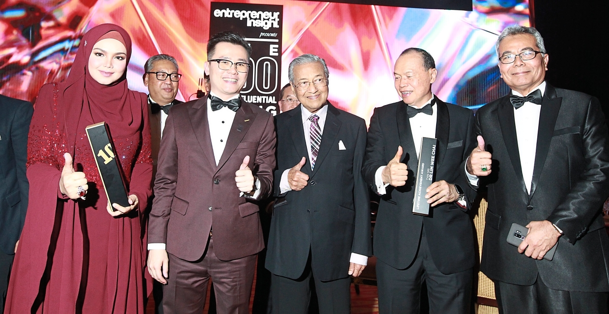 Honoured: Dr Mahathir giving his thumbs up alongside (from left) Siti Nurhaliza, Chua, Lim and Entrepreneurship Development Minister Datuk Seri Mohd Redzuan Md Yusof at the 100MIYE Awards gala dinner at the Kuala Lumpur Convention Centre.