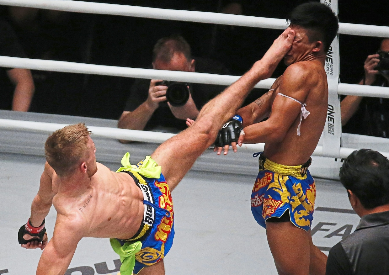Haggerty (left) executing a kick to challenger Rodtang of Thailand during their encounter. Rodtang dethroned Haggerty via a unanimous decision.