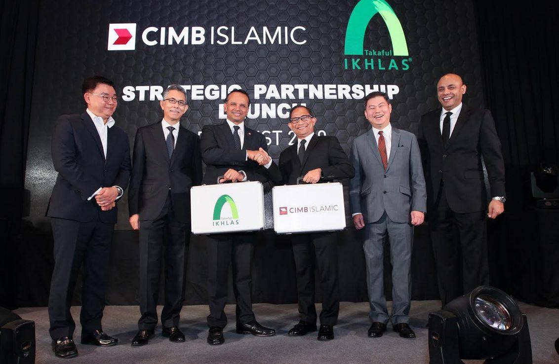 Rafe Haneef, CEO, Group Islamic Banking, CIMB Group (third left); together with Eddy Azly Abidin, President & CEO of Takaful Ikhlas General Berhad (third right); Victor Lee Meng Teck, CEO, Group Commercial Banking, CIMB Group (first left); Mohd Din Merican, President and Group CEO, MNRB Holdings (second left); Daniel Cheong, Head Consumer Banking Malaysia, CIMB Bank Berhad (second right) and Jeffry Shah, Senior VP and Head of Bancatakaful, Takaful Ikhlas General Berhad at the strategic bancatakaful partnership launch to provide general takaful products and solutions to CIMB Islamic's customers across retail, SMEs and commercial segments.