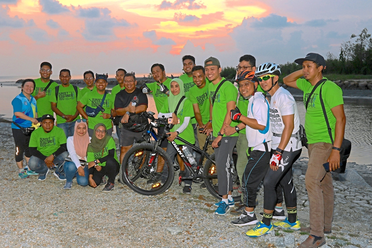 The group posing at Pantai Malindo in Balik Pulau at the end of the ride.