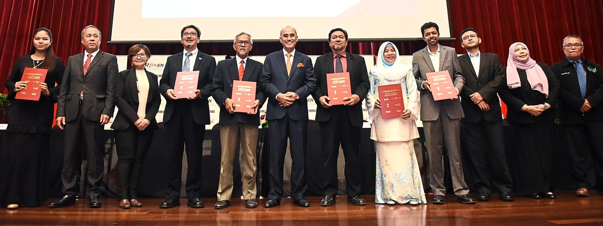 Dr Mohd Shukri (sixth from left) at the Riphen MOU signing ceremony.