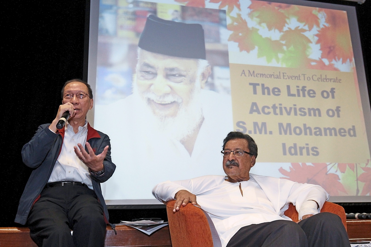 Koh (left) says Idris asked him to start a Chinese version of 'Utusan Konsumer', which was eventually published with the help of several journalists.