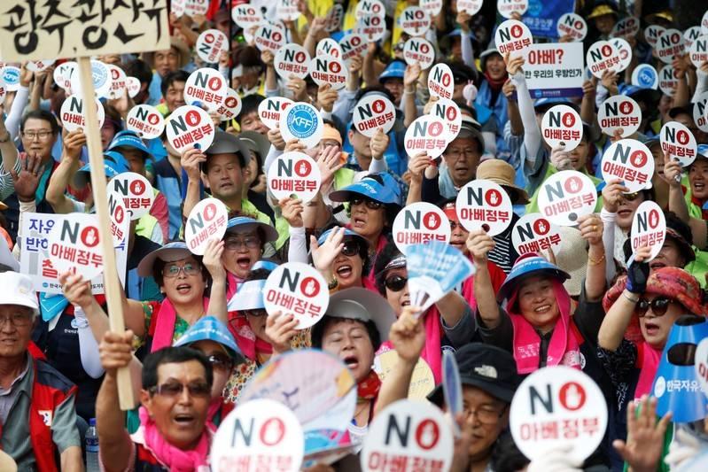 South Koreans protest, unveil memorial in 'comfort women