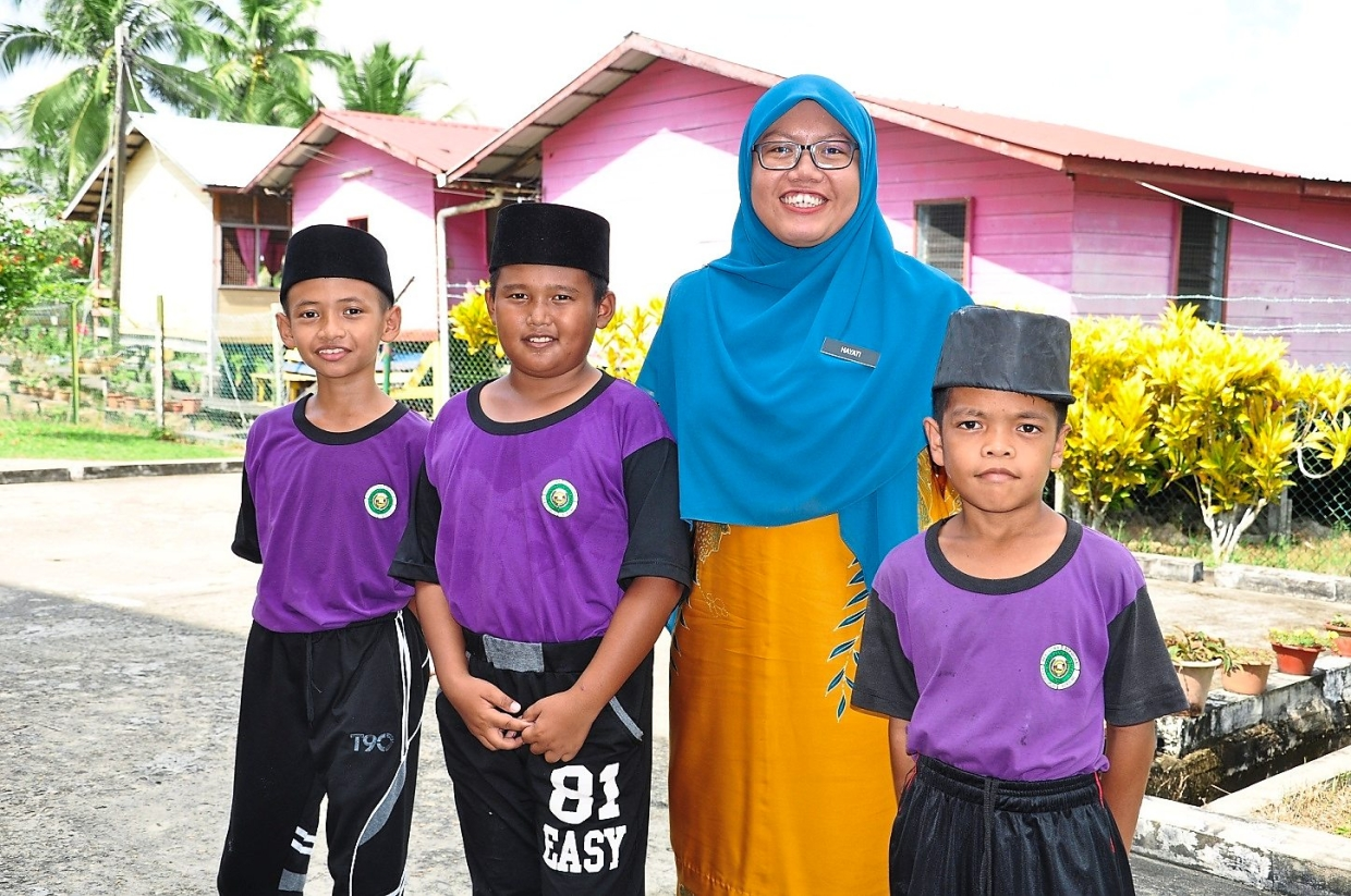 Teacher at SK Orang Kaya Muda Pakeri Nur Hayati Hamdin with Year 5 students. The new hostel overcomes the education accessibility issue faced by many students in  pastoral parts of Sarawak due to geographical conditions.