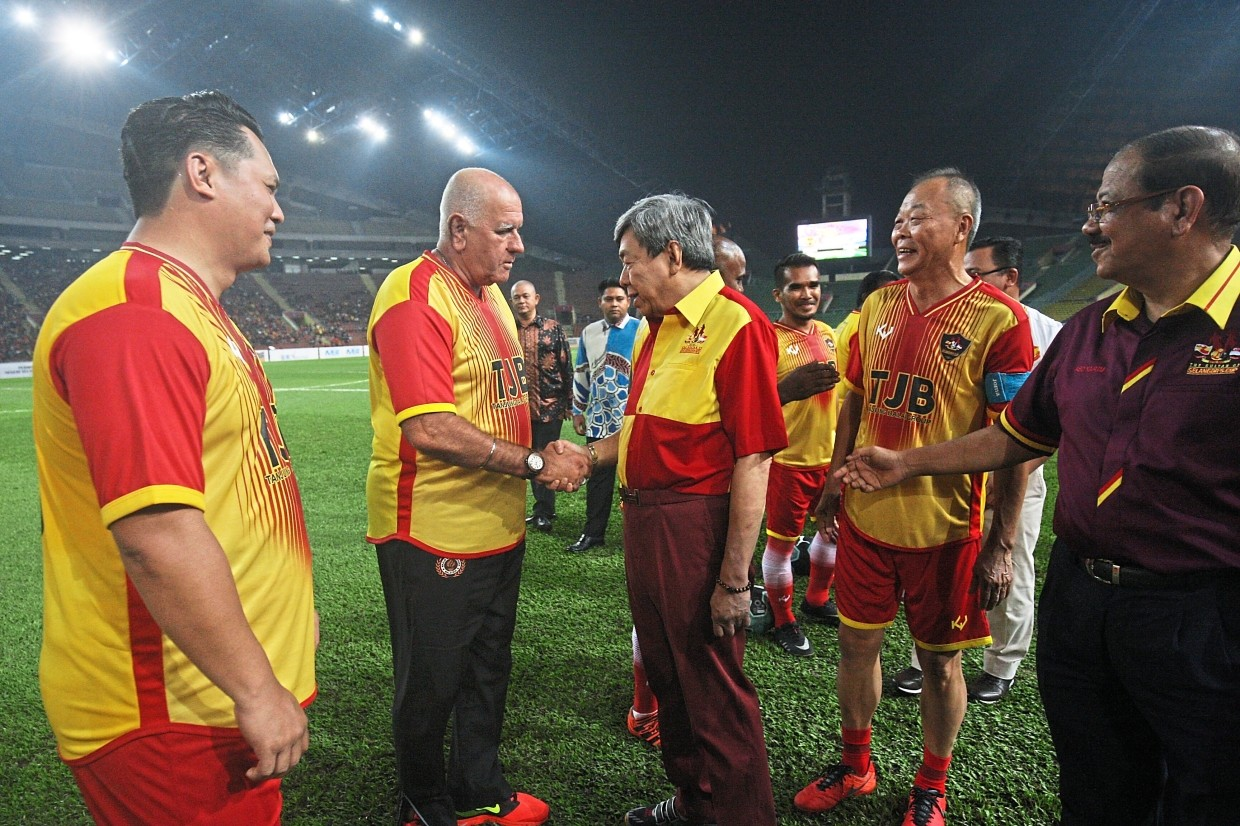 Sultan Sharafuddin greeting Selangor Veteran player Santokh before the match as Soh (second from right) and Abd Karim (right) look on.