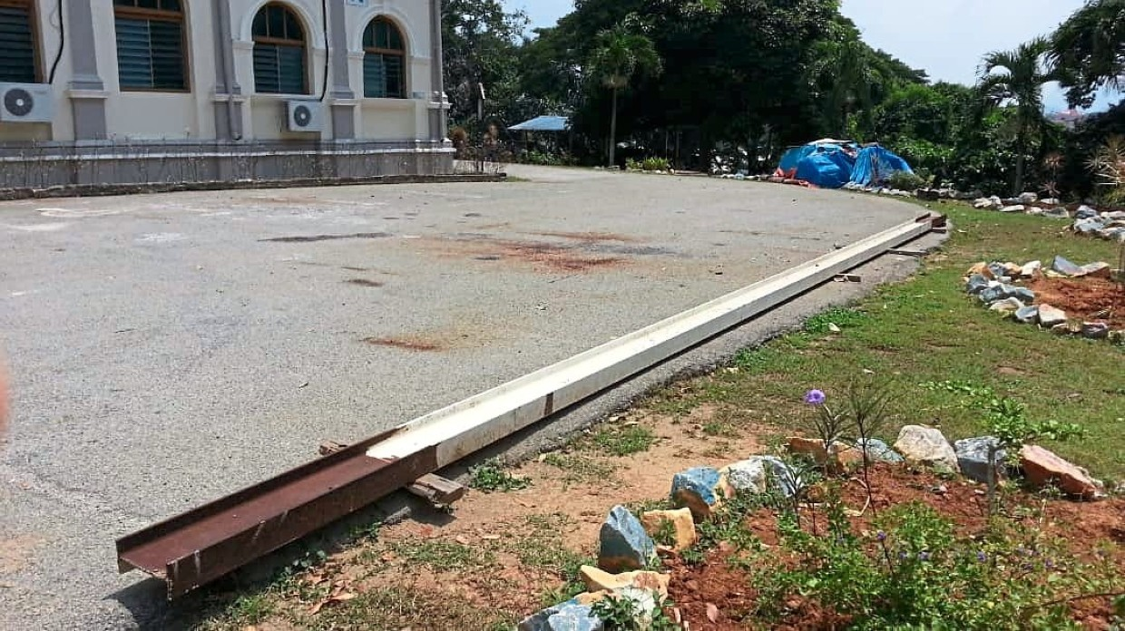 The old beam left by the roadside on the school grounds was put up for sale on social media.