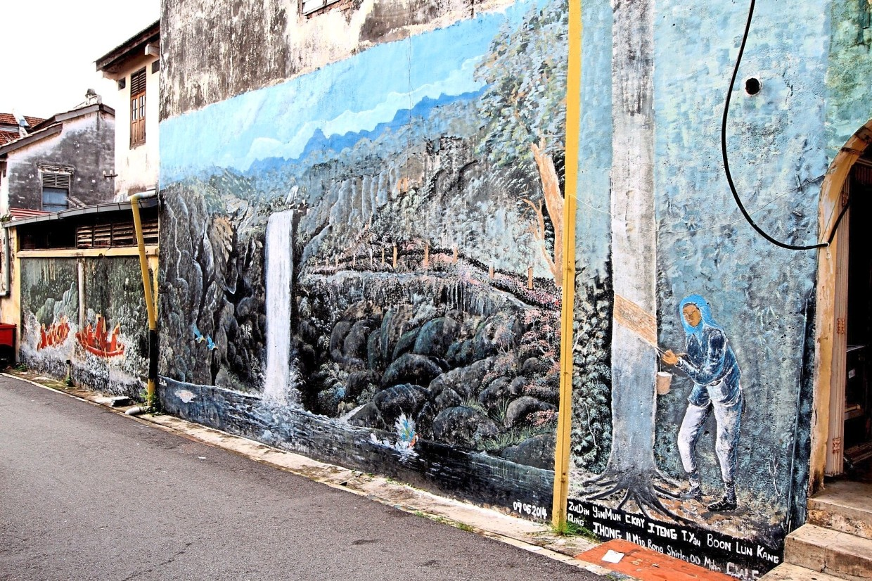 Kuala Kubu Baru's former rubber and tin mining activities are depicted in this mural.