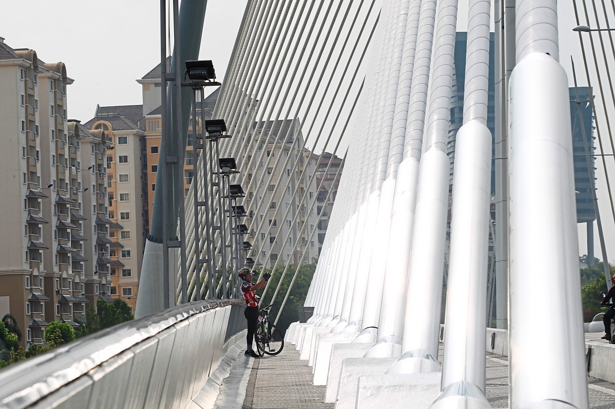 Seri Wawasan Bridge is one of the main bridges in Putrajaya and a popular spot for  photography given its futuristic  single-span cable-stay design that looks like an open sail.