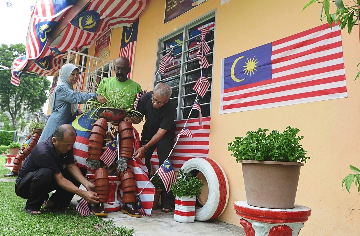 JKKK Kampung Baharu decorating their comunity hall with Jalur Gemilang  in  conjuntion with Merdeka celebration in Air Itam,Penang. Pic by: ZHAFARAN NASIB/The Star