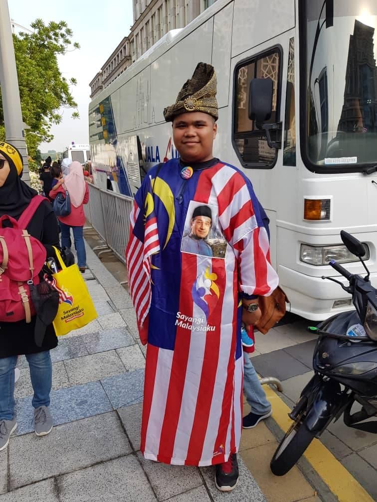 Muhammad Farid Nasir looking smart in this Jalur Gemilang attire.