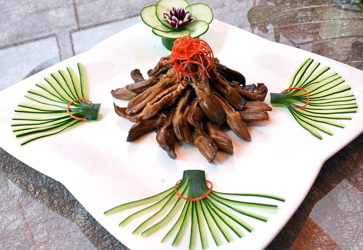 Crunchy Chilli in Si Chuan Style Duck Tongue is an acquired taste.