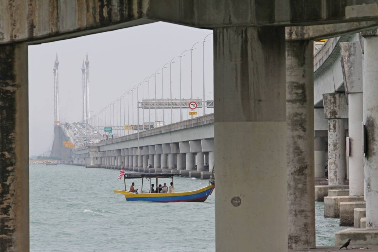 Prison officer dies after jumping off Penang bridge | The