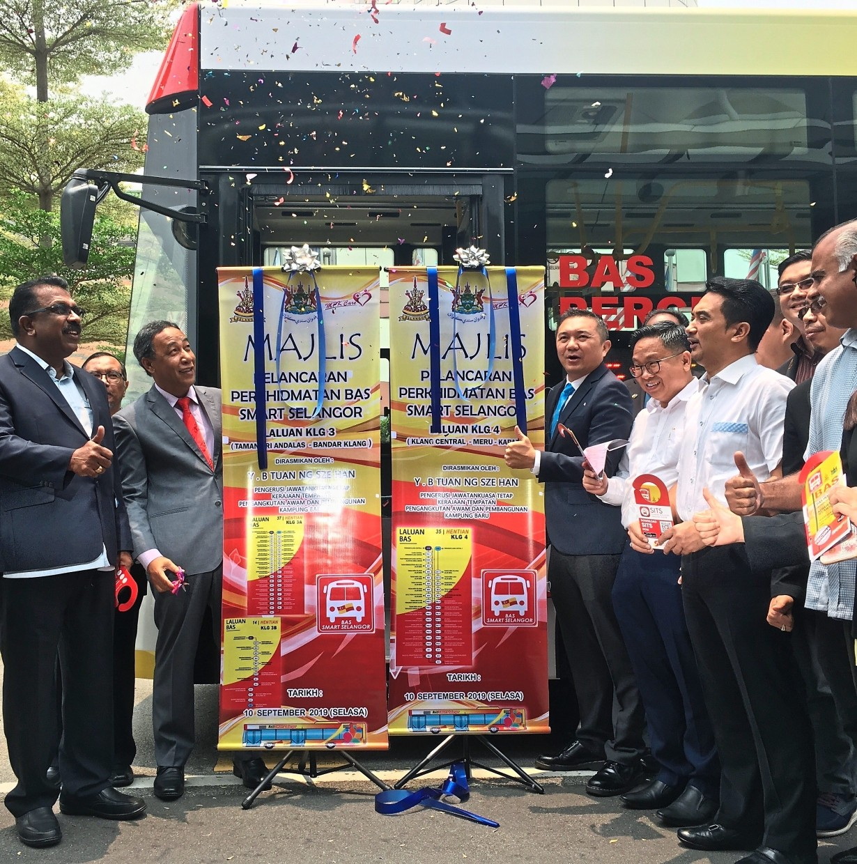 (From left) Sentosa assemblyman G. Gunaraj, Yasid and Ng launching the new Smart Selangor routes in  Klang. With them are MPK councillors and other representatives.
