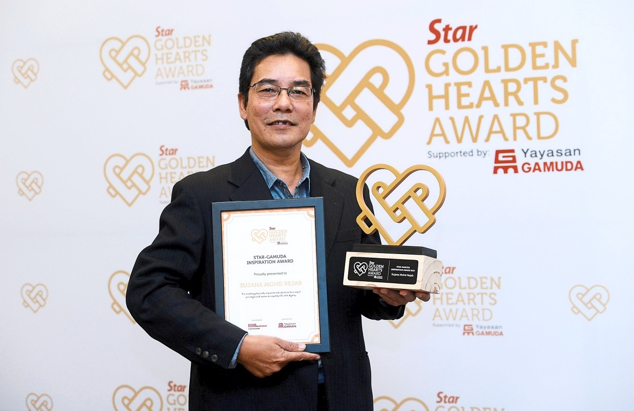 A job well done: Sujana with the Star-Gamuda Inspiration Award winning RM50,000 for his cause.
