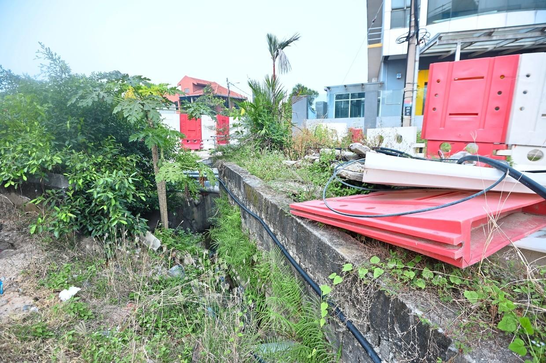 Construction hoarding and material too close to existing premises along Jalan Raya Satu in Serdang Jaya