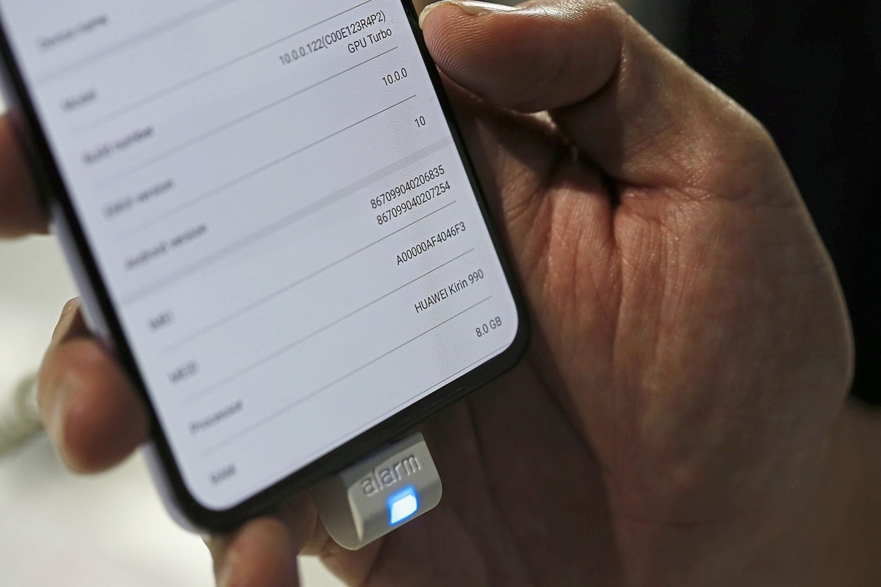 A system preferences screen displays Kirin 5G processor information on a Huawei Mate 30 smartphone. — Bloomberg