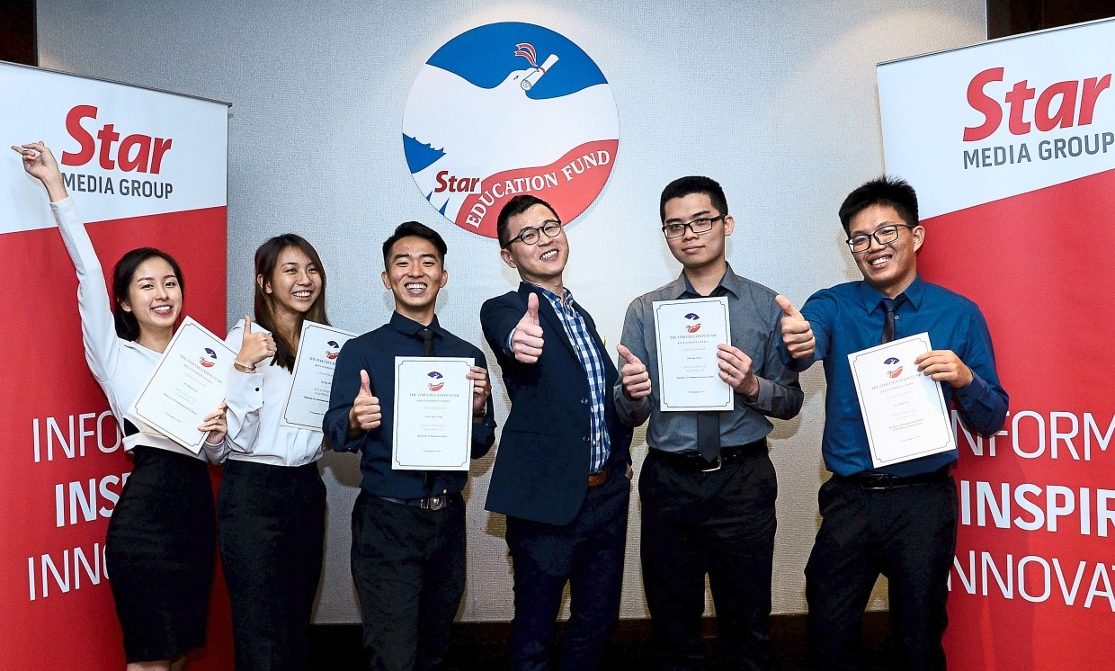KDU University College Admissions and Bursary senior manager David Tai Yew Keong (fourth left) with the happy recipients.