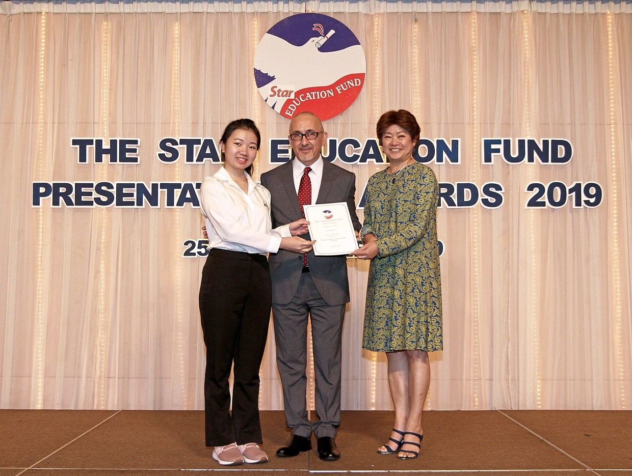 Vogiatzakis (centre) and Sunway Education Group director, public relations Jerrine Koay (right) present the award to Sher Yuen.