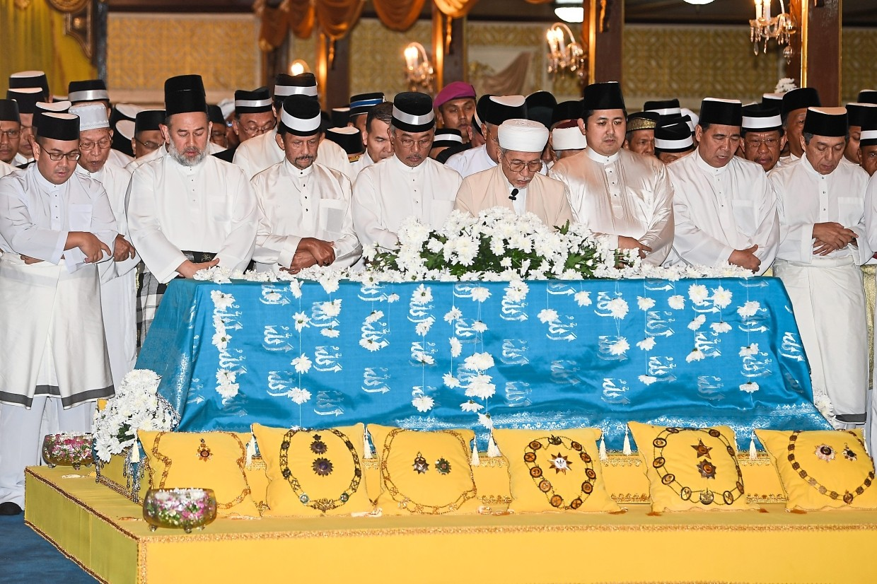 Sad day: Sultan Muhammad V (second from left), Sultan of Brunei Sultan Hassanal Bolkiah (third from left) and Sultan Abdullah (fourth from left) performing funeral prayers for Almarhum Sultan Ismail Petra at the Istana Balai Besar. With them are other dignitaries. Sultan Ismail Petra was laid to rest at Langgar Royal Mausoleum. — Bernama
