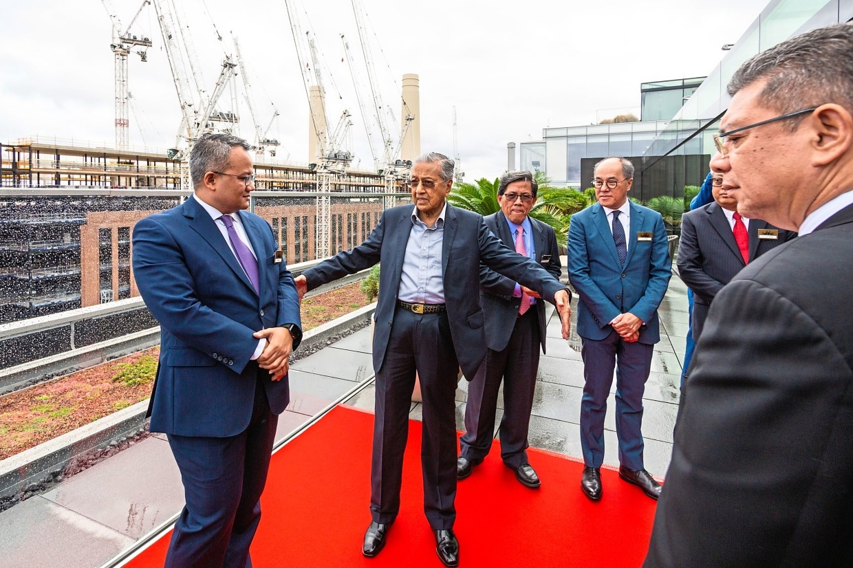 (From left) Rick Ramli, Permodalan Nasional Bhd's executive vice president property/Real Estate, having a discussion with Tun Dr Mahathir while Datuk Ahmad Pardas Senin, Chairman of Battersea Project Holding Company and Datuk Wong Tuck Wai, Chairman of Battersea Power Station Development Company look on. On the far right is Foreign Minister Datuk Saifuddin Abdullah.