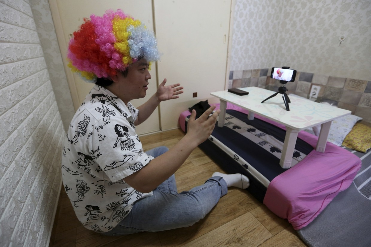 Jang uses his Samsung smartphone to film himself at his small Seoul apartment, and sometimes invites fellow North Korean refugees as guests and has friends shoot him when he ventures out.