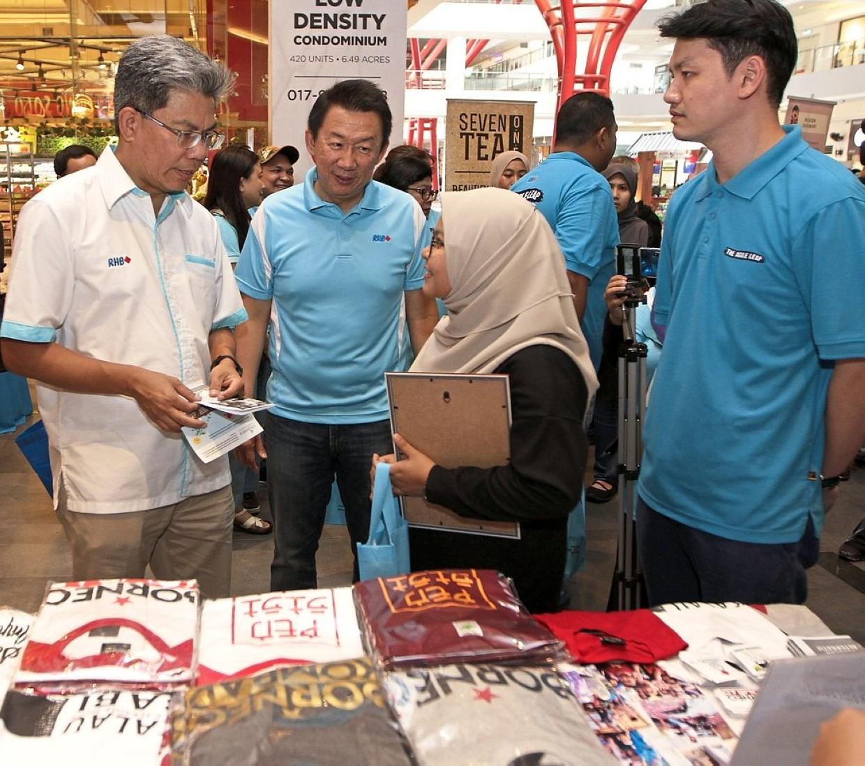 Khairussaleh engaging one of the 18 vendors at RHB's Social Entrepreneurs CR Carnival at Sunway Geo, Selangor.