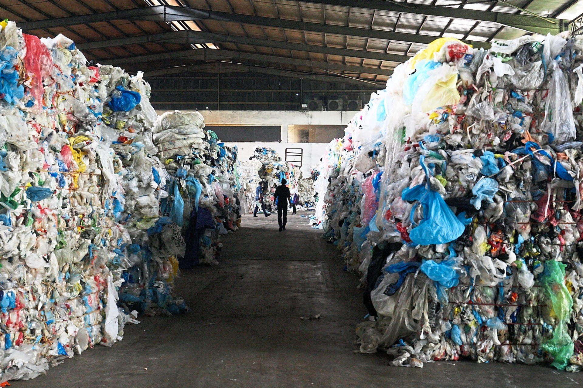 While recycling helps reduce the amount of rubbish headed to landfills, there is still too much being discarded. Waste-to-energy technology is touted as a sustainable option in waste management. — Filepic