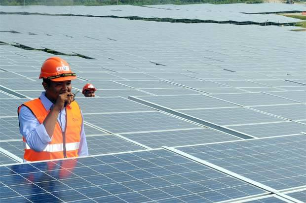 A staff working at a solar project in Kuala Sawah,nerr Seremban. - Filepic