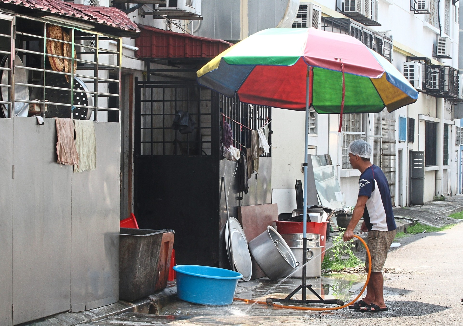 MPK's Health and Environment Department conducted a spot check on restaurants in Bandar Botanic that were using back lanes as a makeshift washing area.