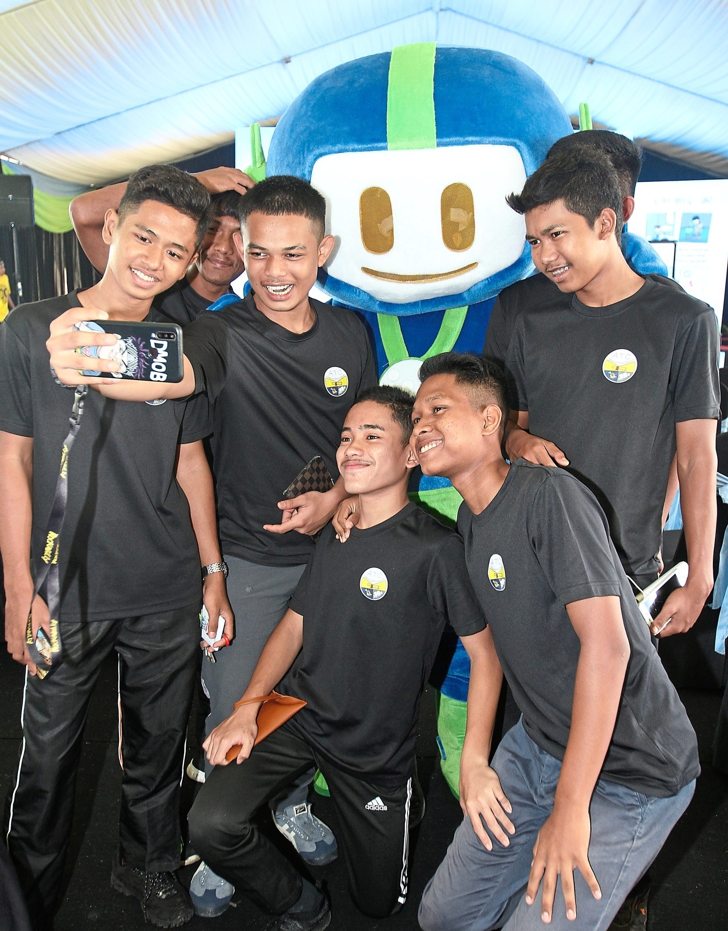 Students from Azmida Technical College taking a wefie with Mat Bidal.