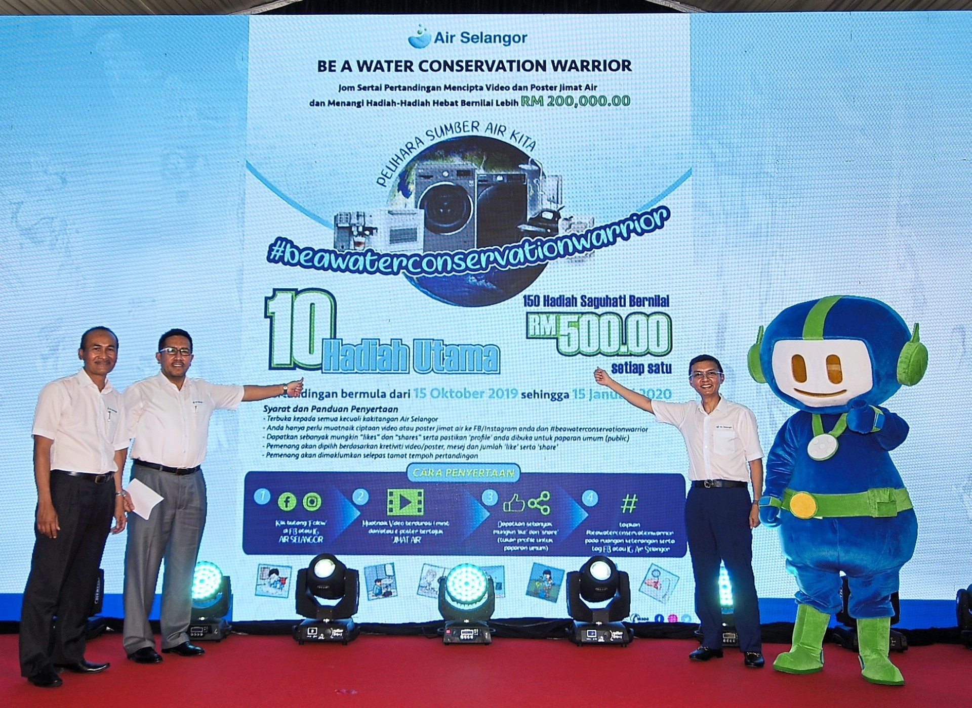 (From left) Air Selangor customer billing services head Yusof Saroji, operations director/head Abas Abdullah, chief executive officer Suhaimi Kamaralzaman and Mat Bidal welcoming the public to join the Be A Water Conservation Warrior contest. — Photos: AZLINA ABDULLAH/The Star