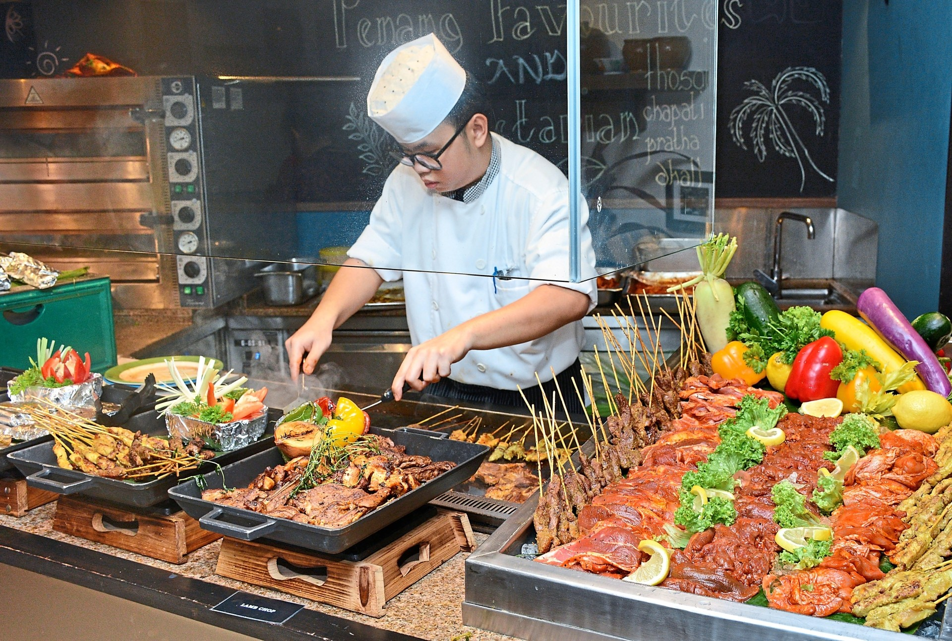 The Live Grill station dishes up succulent cuts of meat, fish and satay. (Left pic) An abundance of snow crab legs, yabbies, tiger prawns, mussels and more await in the Sea and Grill Buffet Dinner.