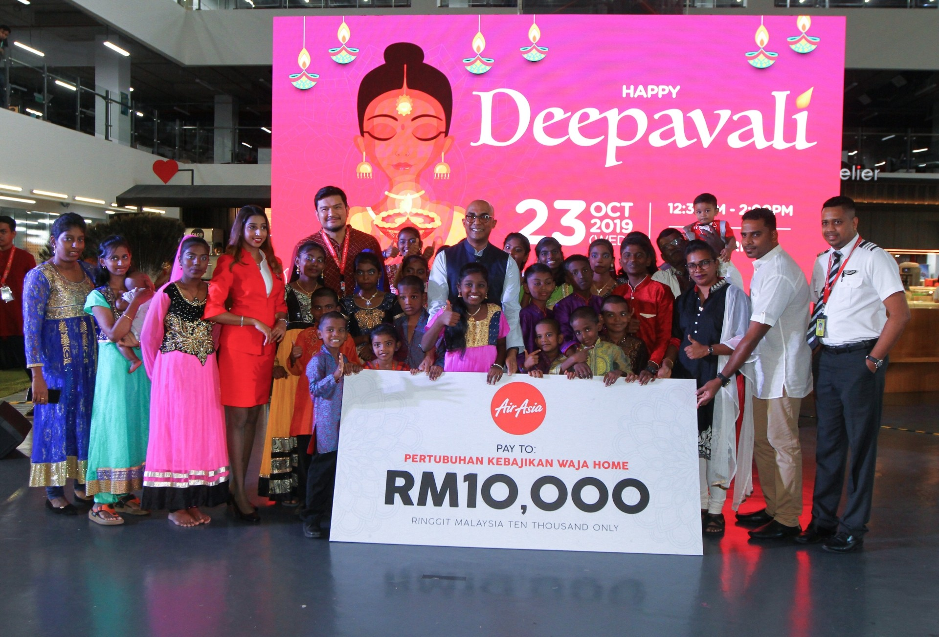 (Fifth from left) Benyamin, Bo, Sangeetha (in red) and Kugan (far right) presenting the cash donation to Waja Home.