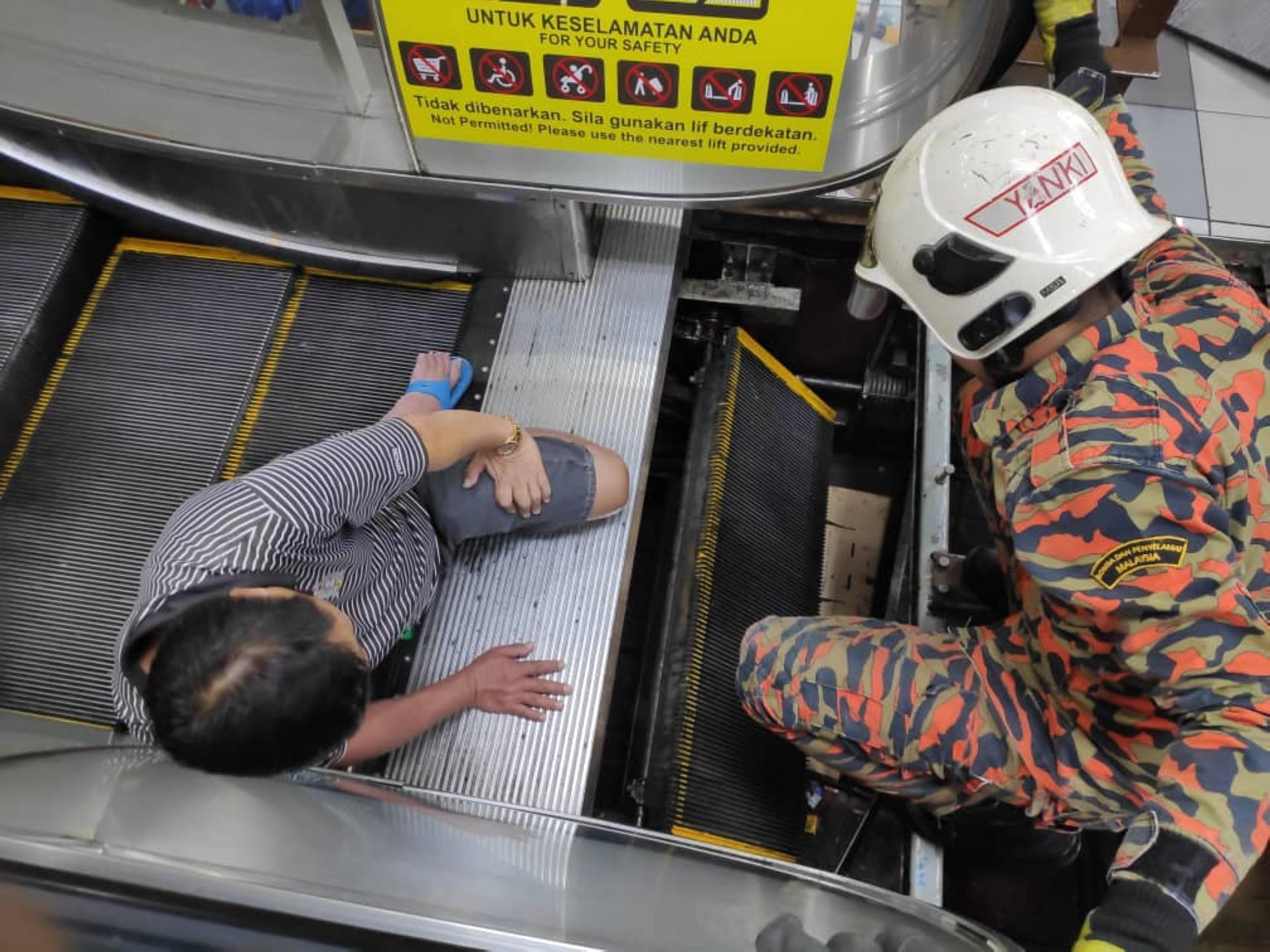 Kaki pria tersangkut di eskalator