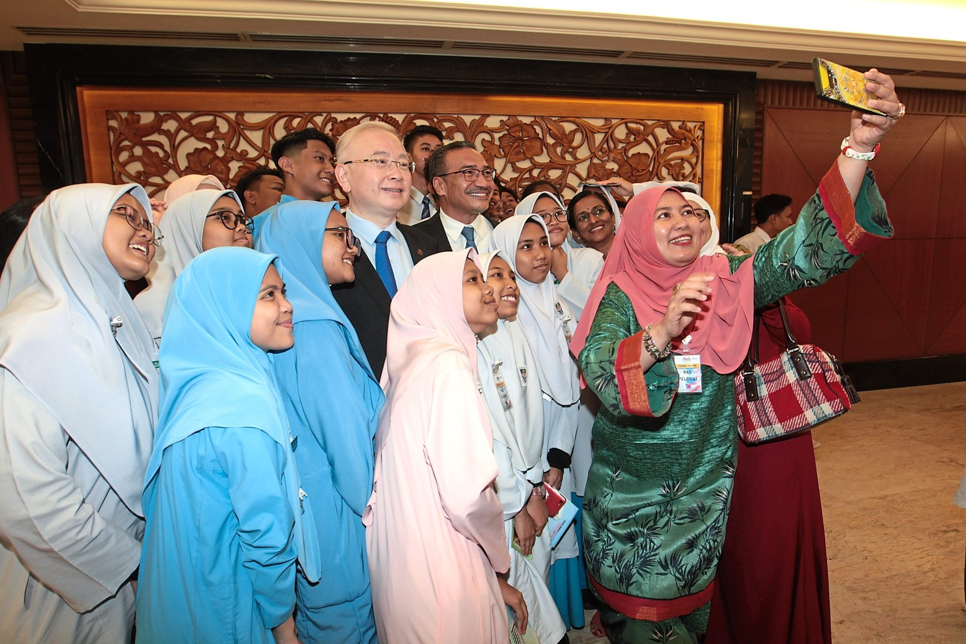 All together now: Dr Wee and Datuk Seri Hishammuddin Husseinobliging students and teachers from SMK Bandar Baru Sungai Buloh for a wefie in Parliament.
