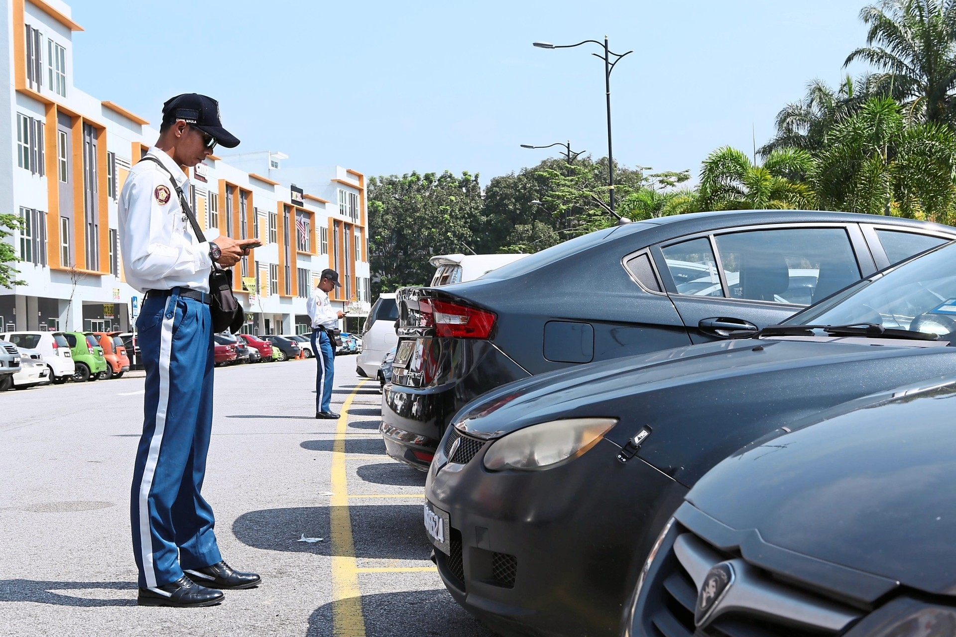 Council enforcement officers can check via the Smart Selangor Parking App if a car owner has paid the fee. —filepic