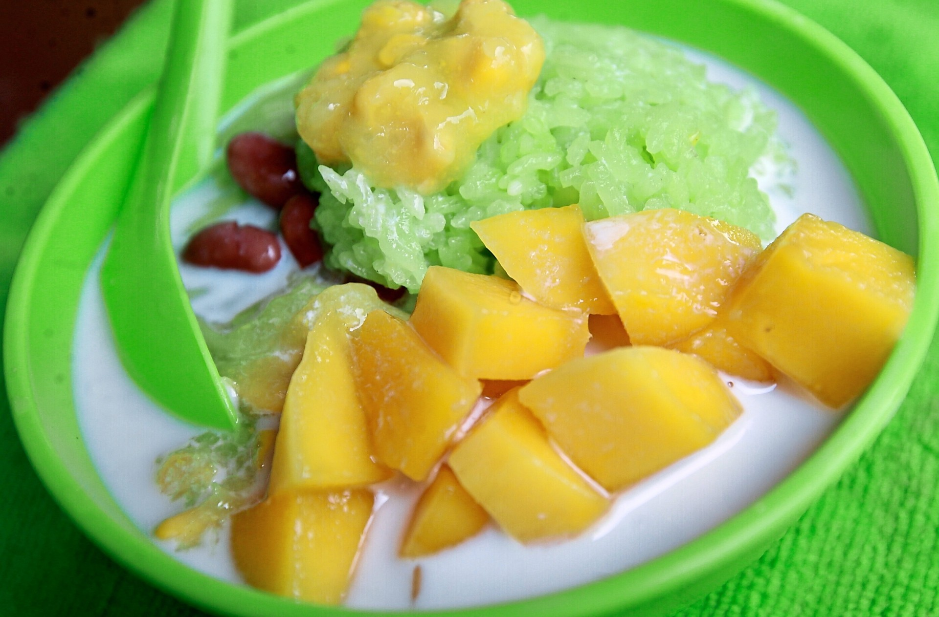 Cendol mangga with fresh cubed mango pieces at the Wangsa Maju stall.