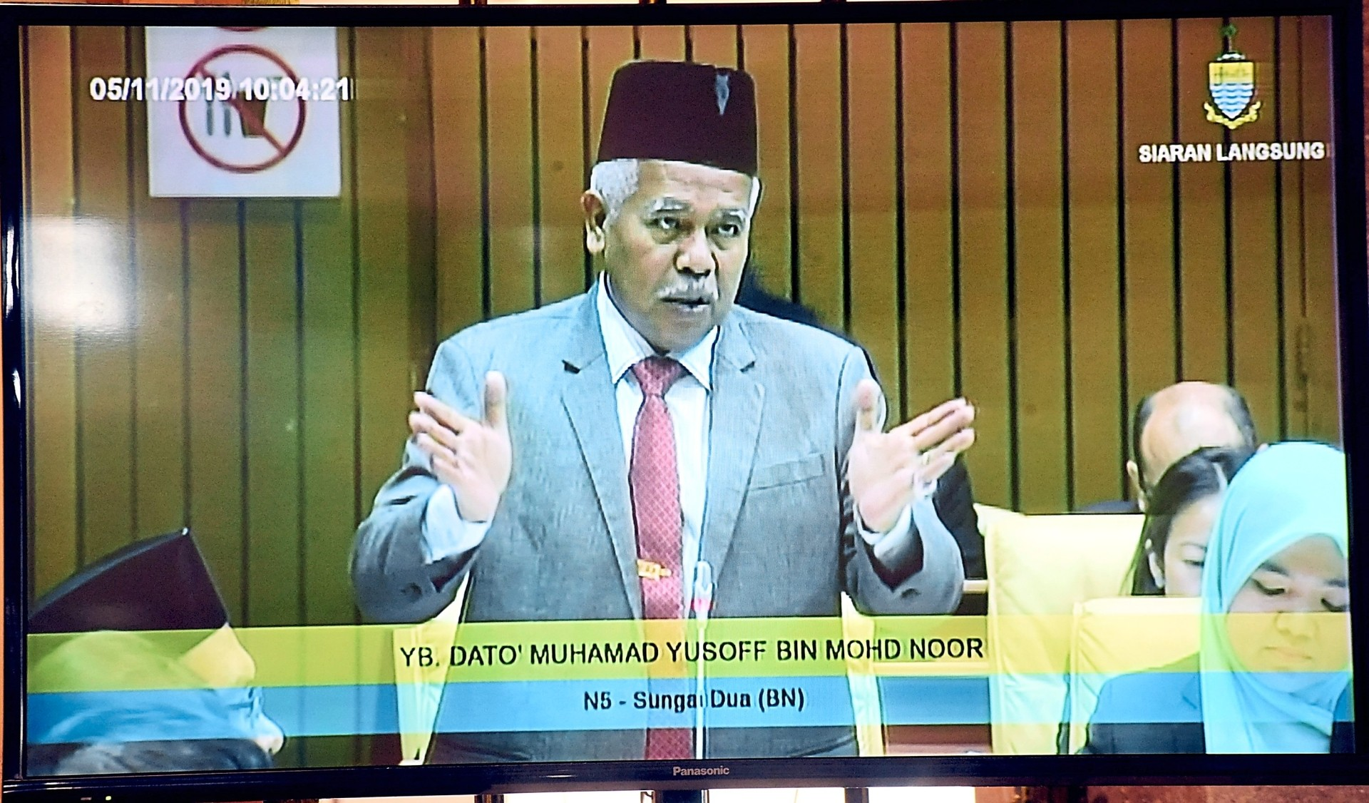 A television screengrab of Muhamad Yusoff at the assembly meeting.
