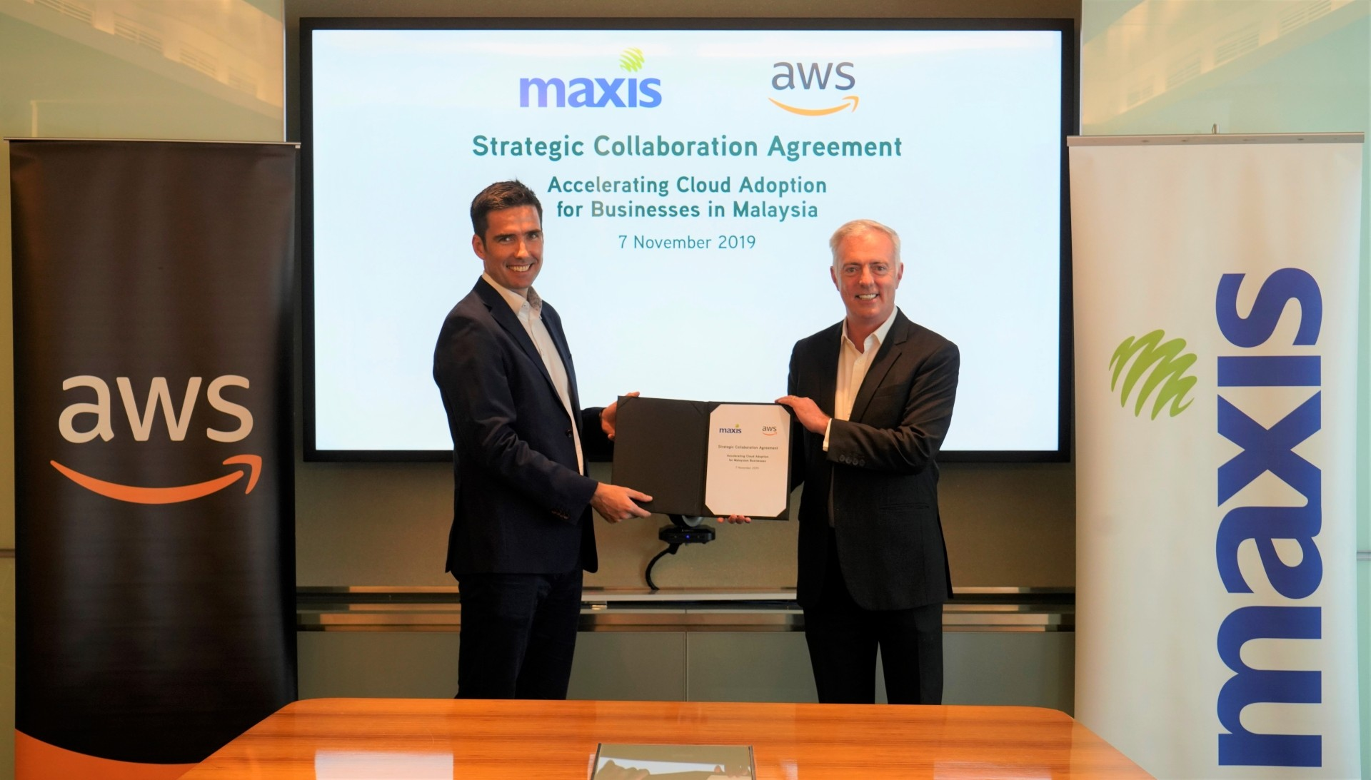AWS Asean managing director Conor McNamara (left) and Maxis chief enterprise business officer Paul McManus (right).