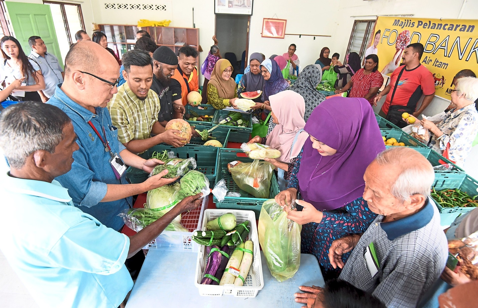 Selangor will start its inaugural food bank for the urban poor with a RM5mil fund. — Filepic