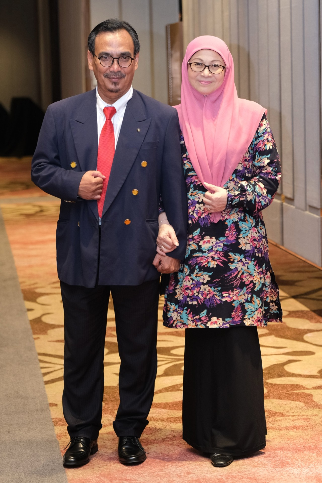 Hilal Azman (left) as Datuk Seri Anwar Ibrahim and Dian P. Ramlee as Datuk Seri Dr. Wan Azizah Wan Ismail.