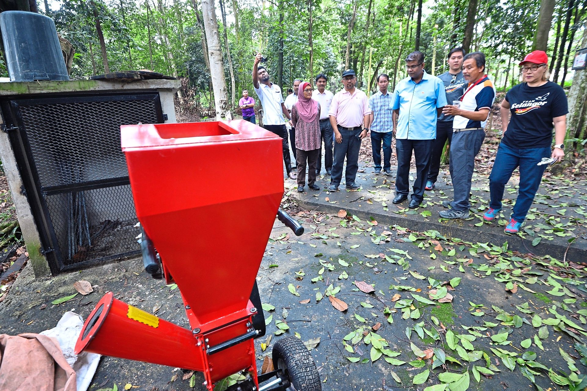 Eijau Millennium Explorer founder Mohd Fikri Mohd Bakri (second from right) explaining to Ganabatirau (in blue shirt) and Bukit Lanjan assemblyman Elizabeth Wong (right) how his team's composting project works.