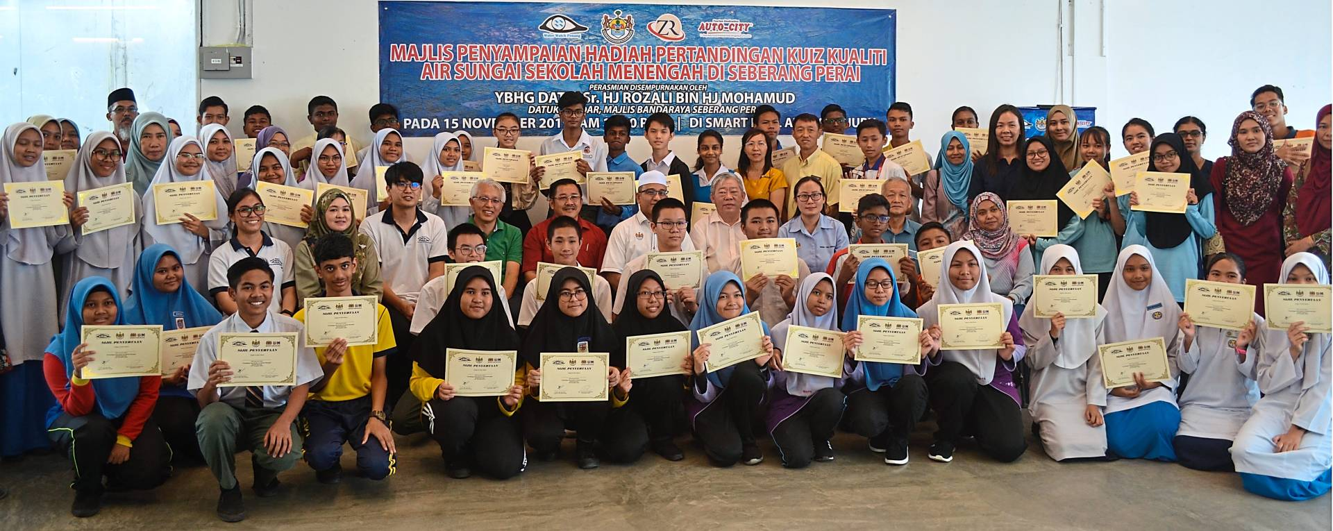 The first three winners posing for a group photo after receiving their prizes at the Auto-City Juru near Bukit Mertajam. With them are (seated, from left) Phang, MBSP community director Norhayati Suleiman, Dr Tan, Teoh, Gu, Rozali, Michael Tan, Heng, MBSP LA 21 coordinator Chew Eng Seng and MBSP community senior assistant director Amira Ahmad.