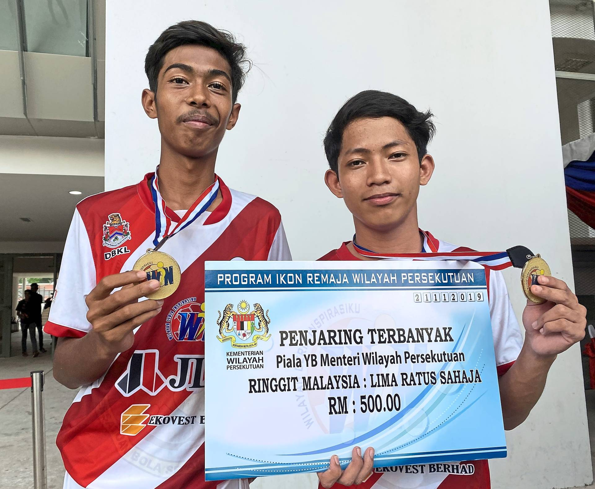 Top scorer Tuan Muhd (right) and Most Valuable Player Muhd Shahrul  from SMK Seri Mulia posing with their awards.
