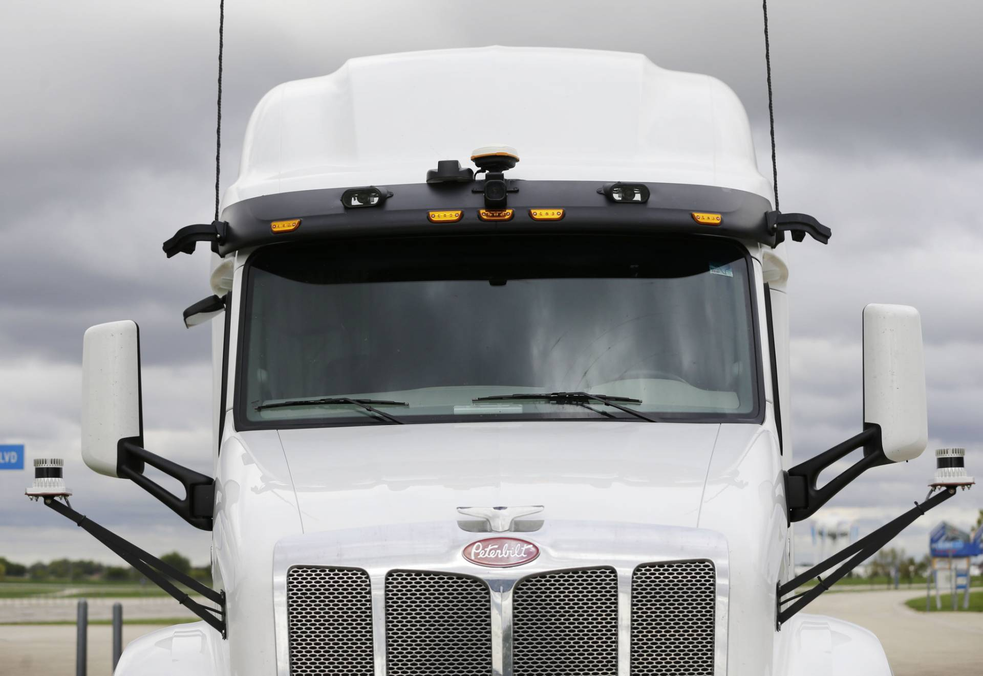 The Autobon wind visor is equipped with cameras, sensors and an acceleration meter. Autobon's system uses these instruments to autonomously drive an 18-wheel semitrailer truck, though some tasks it leaves to a human in the cab.